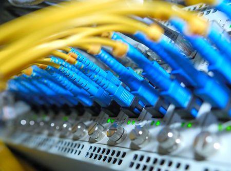 cable red: concentrador de red y cables de conexión, cables de fibra conectada a los servidores en un centro de datos (Ver más cables de red y servidores de los fondos de mi cartera).