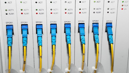 tcp: rete hub e patch di cavi, cavi fibra collegato al server in un datacenter