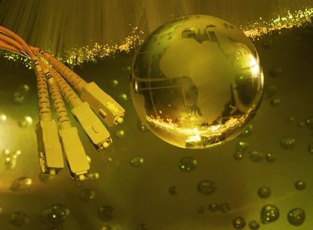 fibra óptica: Equipo abstracto con globo de tierra de tecnología contra el fondo de fibra óptica