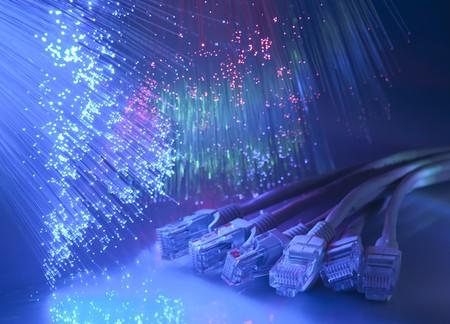 netwerkkabel close-up met vezel optische achtergrond
