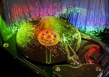 disco duro de la computadora y jefes sobre fondo de fibra óptica de tecnología