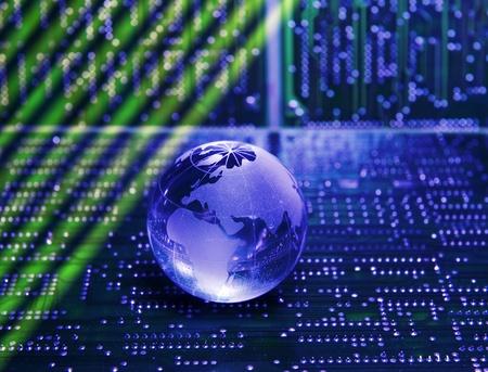 circuito integrado: placa de circuito impreso electrónico con estilo de tecnología contra el fondo de fibra óptica   Foto de archivo