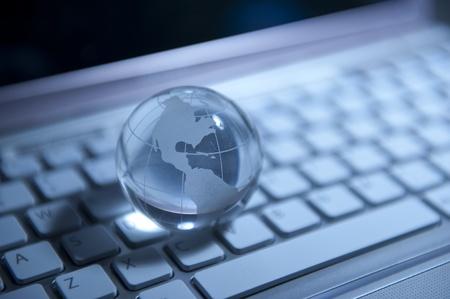 telecomm: estilo de tecnolog�a de mapa mundial contra el fondo de fibra �ptica