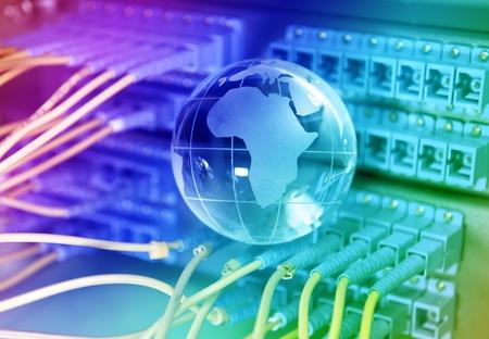 disparo de cables de red y servidores en un centro de datos de tecnología