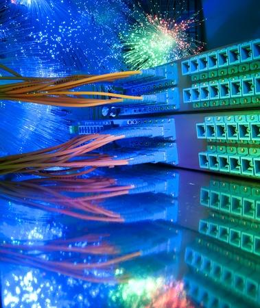 cable red: tiro de cables de red y servidores en un centro de datos de tecnología