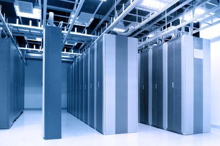 rechenzentrum: Schuss von Netzwerkkabeln und Servern in einem Rechenzentrum-Technologie Lizenzfreie Bilder