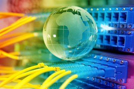 fibra óptica: electrónica placa de circuito impreso con el estilo de la tecnología contra el fondo de fibra óptica