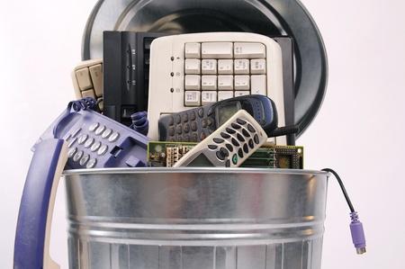 papelera de reciclaje: diferentes partes de un ordenador en bote de basura