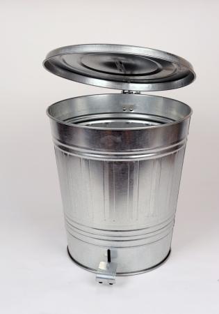 canecas de basura: La basura de acero puede Foto de archivo