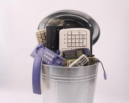 verschiedenen Computer-Teile und Telefon in Mülleimer