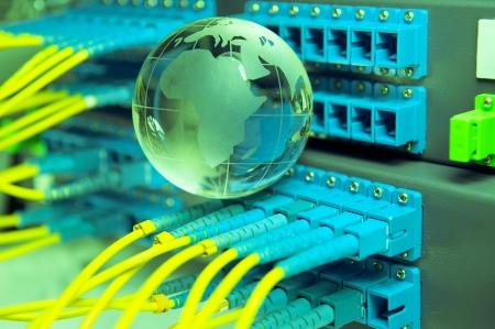 fiber cable: glasvezelkabel serveren met technologie stijl tegen fiber optic achtergrond Stockfoto