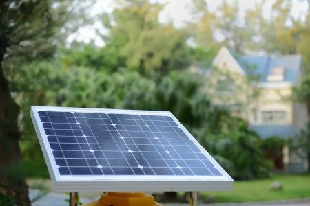prefabricated buildings: paneles solares con residencia rural Foto de archivo