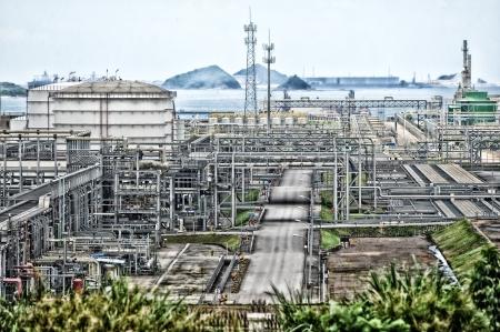 paesaggio industriale: Paesaggio industriale con serbatoio camini Archivio Fotografico