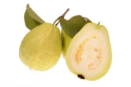 guayaba: Guayaba frutas aisladas sobre fondo blanco Foto de archivo