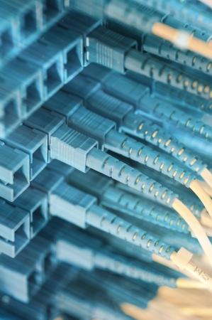 fiber cable: glasvezelkabel serveer met technologie stijl tegen fiber optic achtergrond