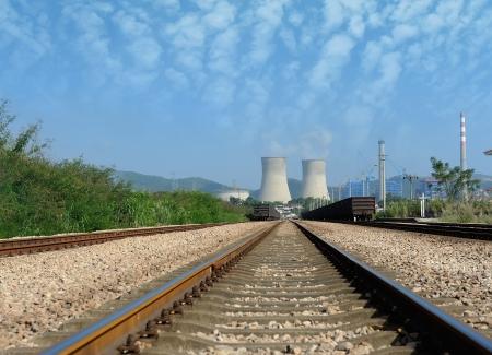 industrial landscape: Paesaggio industriale con camini e dei treni