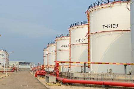 großen Industrie-Öltanks in einer Raffinerie