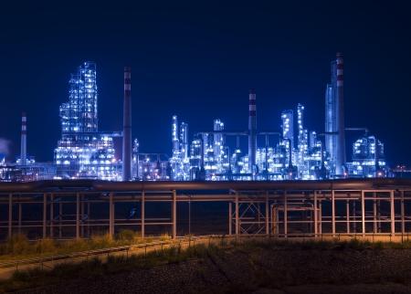 Refinery Industrieanlage mit Kessel in der Nacht