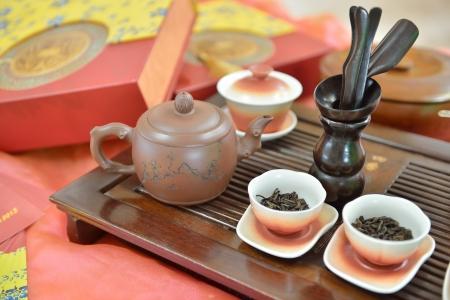 chinese tea pot: Tradicional olla de t� chino y el t� par en la mesa de t� Foto de archivo