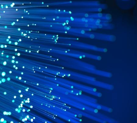 fibra óptica: fibras ópticas dinamic volando de profundo sobre fondo de tecnología Foto de archivo