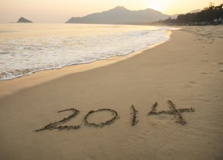 arena blanca: A�o 2014 escrita a mano en la arena blanca frente al mar