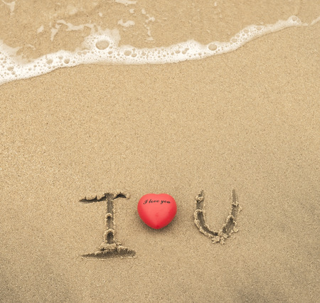 i love u: I love U sur le sable texture de fond