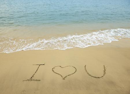 i love u: I love U sur le fond de sable de texture Banque d'images
