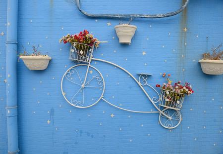 greek pot: Bella bicicletta decorativo sulla parete con vasi di fiori Archivio Fotografico