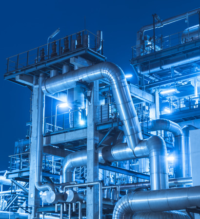 trabajador petroleros: Refiner�a industrial planta con caldera de Industria por la noche