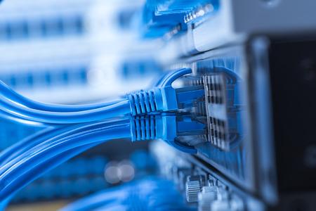 kable sieciowe podłączone do przełącznika