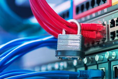 caja fuerte: la red y protecci�n de datos del concepto con el candado y el interruptor