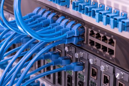 computer center: cables de red conectados a cambiar