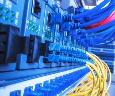 fibra óptica: Los cables de fibra óptica conectados a los puertos ópticos