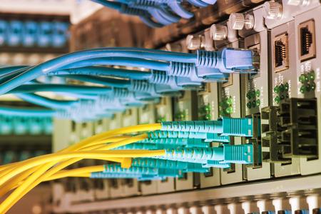 Glasvezelkabels verbonden met een optische poort