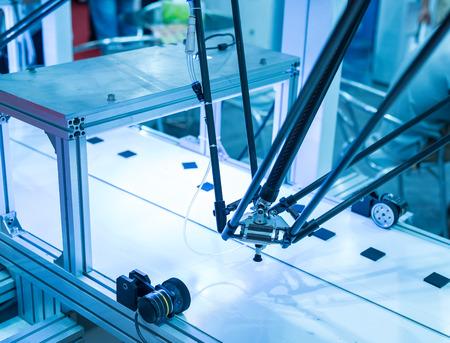 mano robotica: Robot industrial que trabaja en la f�brica, Transportadores Seguimiento Controler de mano rob�tica. Foto de archivo