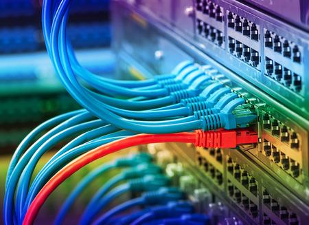 ネットワーク スイッチおよびケーブル、データ センターのコンセプト。