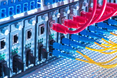 infraestructura: Los cables de fibra óptica conectado a un puerto óptica y cables de red conectados a los puertos