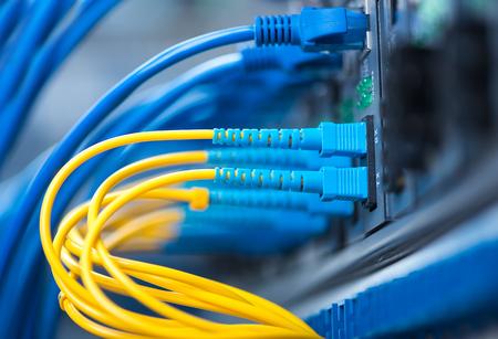 LWL-Kabel verbunden mit einem optischen Ports und Netzwerk-Kabel-zu-Ethernet-Ports angeschlossen Standard-Bild - 47804588