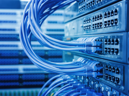 tecnologia informacion: Informaci�n de la Red tecnolog�a de la computaci�n, cables Ethernet conectado al conmutador de telecomunicaciones a Internet.