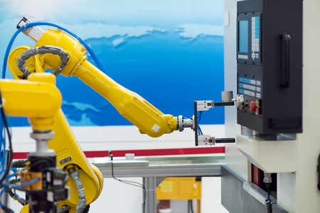 ingenieria industrial: robótica máquina herramienta a mano en la fábrica de fabricación industrial Foto de archivo