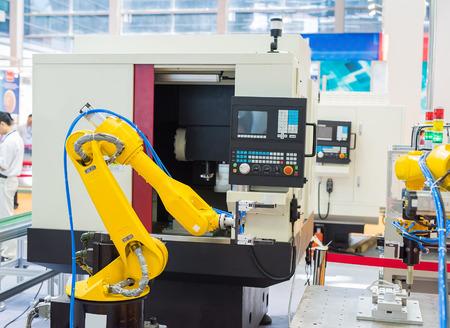 mano robotica: rob�tica m�quina herramienta a mano en la f�brica de fabricaci�n industrial Editorial