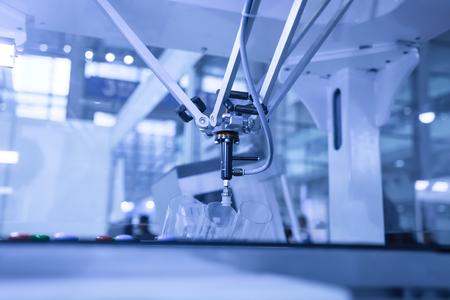 mano robotica: Robot industrial que trabaja en la fábrica, Transportadores Seguimiento Controler de mano robótica. Foto de archivo