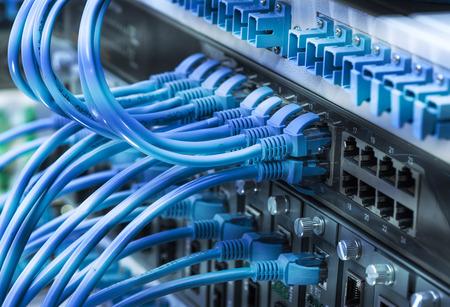 Interrupteur et câbles réseau, Data Center Concept. Banque d'images