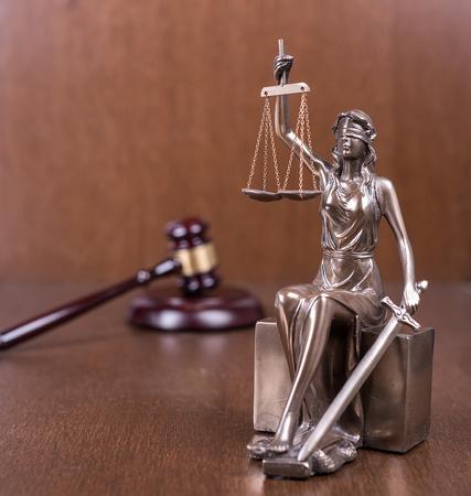 justicia: Estatua de la justicia y el martillo de madera Foto de archivo