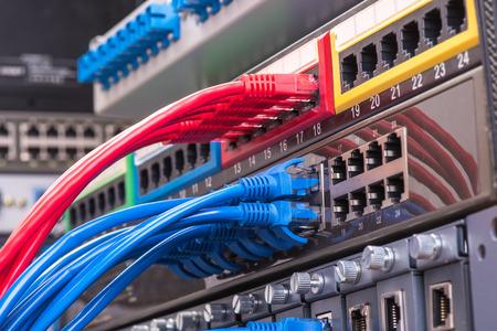 cavi di rete e hub alzato con fibra ottica sfondo