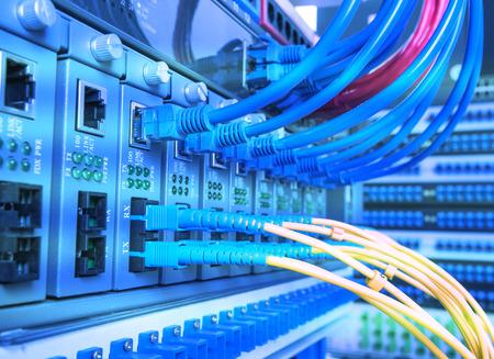 Serwery światłowodowe i sprzętowe w centrum danych internetowych