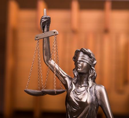 balanza justicia: Estatua de la justicia, el concepto de la ley Foto de archivo