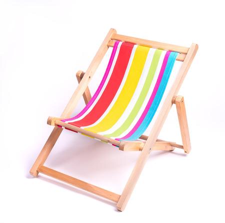 strandstoel: houten gestreepte ligstoel op een witte achtergrond Stockfoto