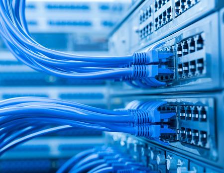 computer centre: conmutador de red y los cables de Ethernet, Data Center Concepto. Foto de archivo