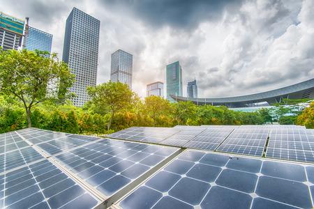 Panele słoneczne w parku Nowoczesnej Miasta Zdjęcie Seryjne